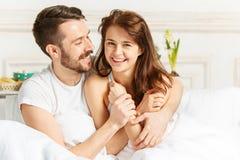 Młody dorosły heteroseksualny pary lying on the beach na łóżku w sypialni obraz royalty free