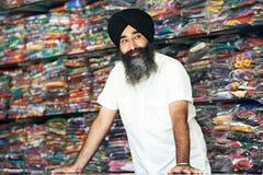 Młody dorosły indyjski sikhijski sprzedawcy mężczyzna Fotografia Stock