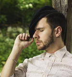 Młody dorosły mężczyzna z nakrętki odpoczywać plenerowy Obraz Stock