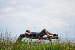 Młody Dorosły Relaksować Pokojowo w naturze zdjęcia stock
