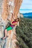 Młody Żeński arywista unosi się pionowo skalistą ścianę Obraz Royalty Free