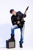 Młody ekspresyjny rockowy muzyk bawić się gitarę elektryczną i śpiew kwiecista grunge mikrofonu ornamentu gwiazda rocka akwarela fotografia stock