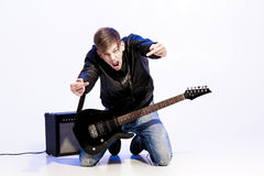 Młody ekspresyjny rockowy muzyk bawić się gitarę elektryczną i śpiew kwiecista grunge mikrofonu ornamentu gwiazda rocka akwarela obrazy stock