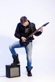 Młody ekspresyjny rockowy muzyk bawić się gitarę elektryczną i śpiew kwiecista grunge mikrofonu ornamentu gwiazda rocka akwarela obraz royalty free