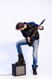 Młody ekspresyjny rockowy muzyk bawić się gitarę elektryczną i śpiew kwiecista grunge mikrofonu ornamentu gwiazda rocka akwarela fotografia royalty free