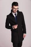 Młody elegancki biznesowy mężczyzna chapie jego dotyka Obraz Stock