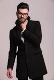 Młody elegancki biznesowy mężczyzna pozuje dalej Fotografia Stock