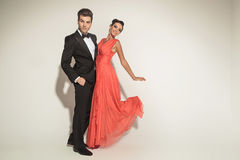 Młody elegancki biznesowy mężczyzna trzyma jego kochanka Fotografia Stock