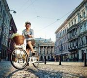 Młody elegancki mężczyzna jedzie rower Obrazy Royalty Free