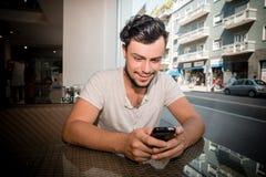 Młody elegancki mężczyzna przy barem Zdjęcia Royalty Free