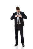 Młody elegancki mężczyzna wiąże krawat zdjęcia royalty free