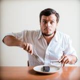 Młody elegancki mężczyzna z białym telefonem na naczyniu i koszula Zdjęcia Stock