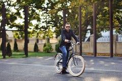 Młody elegancki mężczyzna z retro bicyklem Zdjęcia Stock