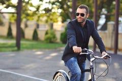 Młody elegancki mężczyzna z retro rowerem Zdjęcia Royalty Free