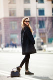 Młody elegancki piękny kobiety odprowadzenie na miasto ulicie, Europe wakacje, jesień trend, okulary przeciwsłoneczni, ono uśmiec Obraz Royalty Free