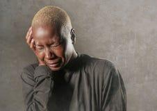 Młody elegancki smutny, przygnębiony afro amerykański murzynka płacz w rozpacza mienia głowie z i obraz royalty free