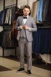 Młody elegancki wzorcowy jest ubranym kostium i patrzeć w kamerze Zdjęcia Stock