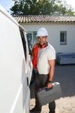 Młody elektryka rzemieślnik bierze narzędzia z profesjonalista ciężarówki samochodu dostawczego obraz stock