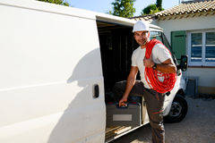 Młody elektryka rzemieślnik bierze narzędzia z profesjonalista ciężarówki samochodu dostawczego zdjęcie stock