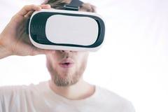 Młody emocjonalny mężczyzna używa vr szkła bawić się wideo wirtualne gry odizolowywać fotografia stock