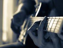 Młody facet bawić się błękity na gitarze elektrycznej Zakończenie obrazy stock