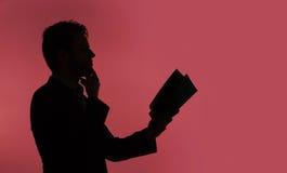 Młody facet czyta książkę Zdjęcia Stock
