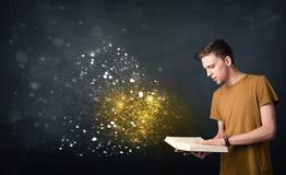 Młody facet czyta magiczną książkę Zdjęcie Royalty Free