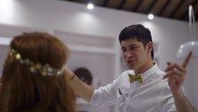 Młody facet i dziewczyna taniec przy przyjęciem Nocy świętowanie ślub, urodziny, rocznica lub rocznica, Wydarzenie zdjęcie wideo