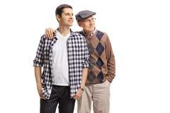 Młody facet i starszy mężczyzna patrzeje daleko od Fotografia Stock