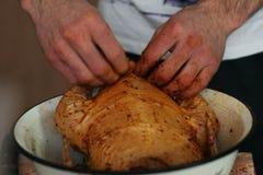 Młody facet jest kulinarnym dużym kurczakiem fotografia stock