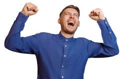 Młody facet krzyczy z jego pięściami podnosić, odizolowywa Zdjęcia Royalty Free