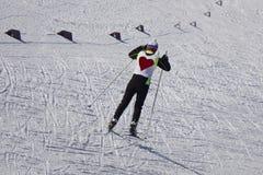 Młody facet narciarki kręcenie w prochowym śnieżnym niebieskiej marynarki czerni dyszy zdjęcie stock
