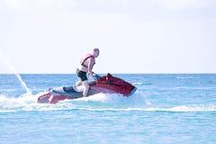 Młody facet pływa statkiem na dżetowej narcie Obraz Royalty Free