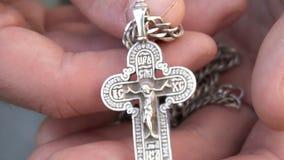 Młody facet ręk chrześcijanina krzyż i modlenie bóg w niebie Dzienny tradycyjny Katolicki dewocyjny młody człowiek zbiory