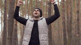 Młody facet raduje się kończyć jego ranek jogging w lesie zbiory wideo