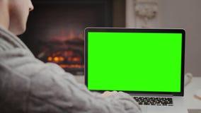 Młody facet szuka internet na jego laptopie zbiory