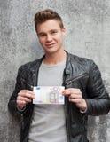 Młody facet trzyma 50 euro notatkę Fotografia Stock