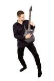 Młody facet w czerni ubraniach bawić się gitarę Obraz Royalty Free