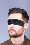 Młody facet z brodą i wąsy z szkłami Czarny pasek na oczach zamknięte oczy Fotografia Royalty Free