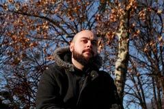 Młody faceta obsiadanie w parku i główkowaniu zdjęcie royalty free