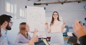 Młody fachowy żeński firma prawnicza ekspert dzieli doświadczenie z wieloetnicznymi urzędnikami przy konwersatorium w szkłach zbiory