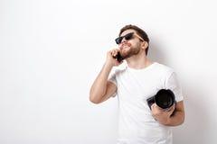 Młody fachowy fotograf w białej koszula trzyma cyfrowy krzywka Obrazy Stock