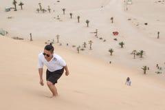 Młody filipińczyk wspina się diunę 7, Walvis zatoka, Namibia fotografia stock
