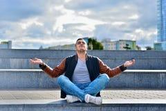 Młody freelance facet w skórzanej kurtce relaksuje zdjęcie stock