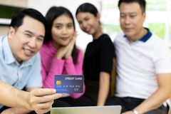 Młody freelance grupowa używa karta kredytowa obrazy stock