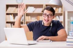 Młody freelance pracujący działanie na komputerze zdjęcia stock