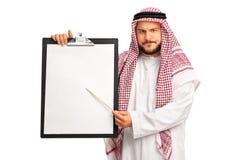 Młody gderliwy arab trzyma schowek zdjęcie stock