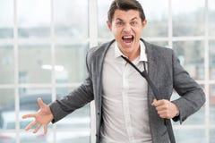 Młody gniewny biznesmen krzyczy przy kamerą fotografia stock