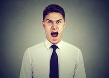 Młody gniewny biznesowego mężczyzna krzyczeć obrazy stock