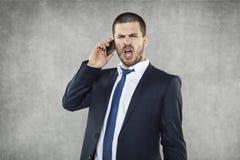 Młody gniewny biznesowego mężczyzna krzyczeć obraz royalty free